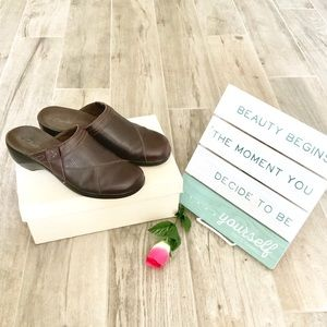 CLARKS | Brown Leather Clogs